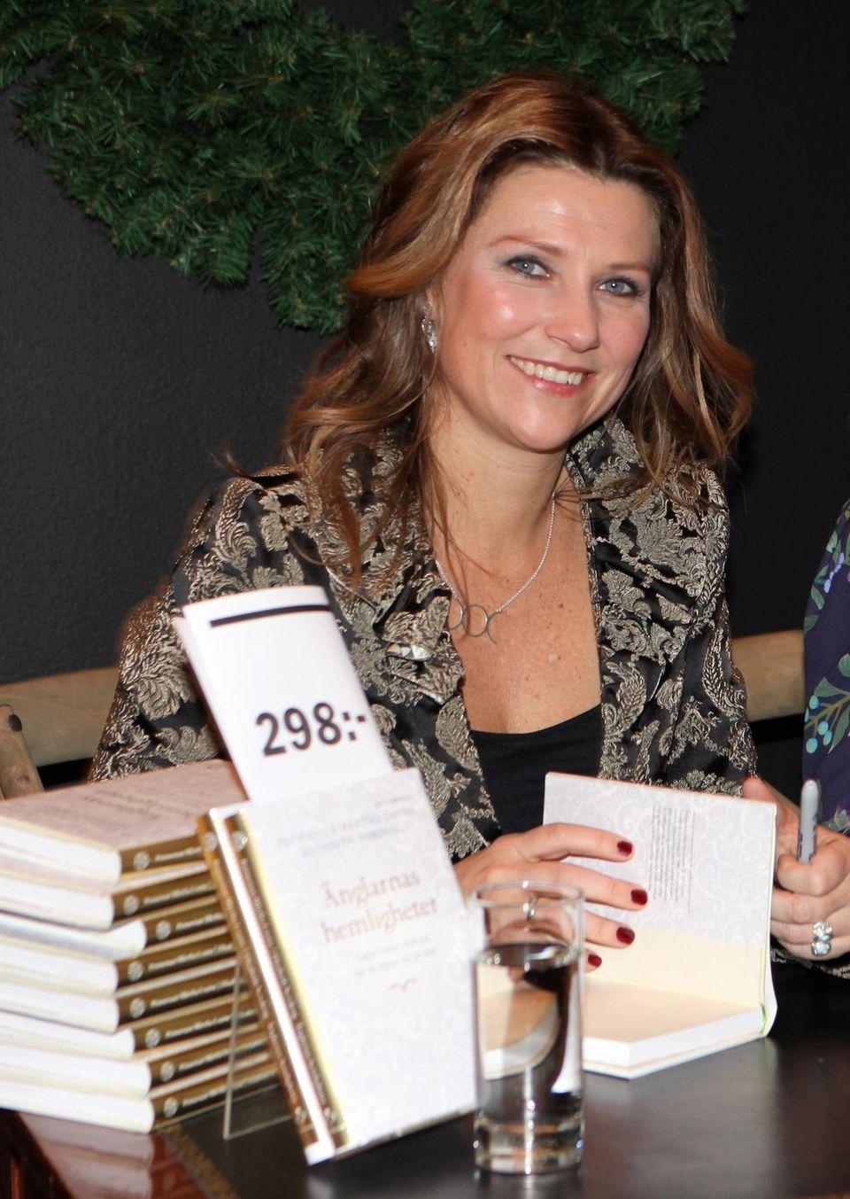 """Prinzessin zum Anfassen: Im November 2013 präsentiert Prinzessin Märtha Louise ihr Buch """"Engel und ihre Geheimnisse"""" in einem EInkaufszentrum Stockholm."""