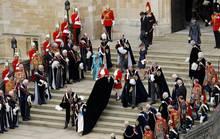 """Wenn sich """"The Most Noble Order of the Garter"""", der Hosenbandorden, in Windsor trifft, ist die königliche Familie - so wie eigentlich immer - von Uniformierten und Livrierten umgeben, die genaue Funktionen haben."""