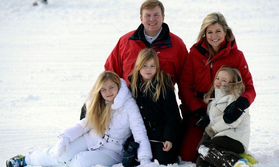 König Willem-Alexander, Königin Máxima und ihre Töchter Amalia, zehn, Alexia, acht, und Ariane, sechs, in Lech.