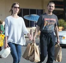 Shia LaBeouf und seine Freundin Mia Goth beim Shoppen in Los Angeles.