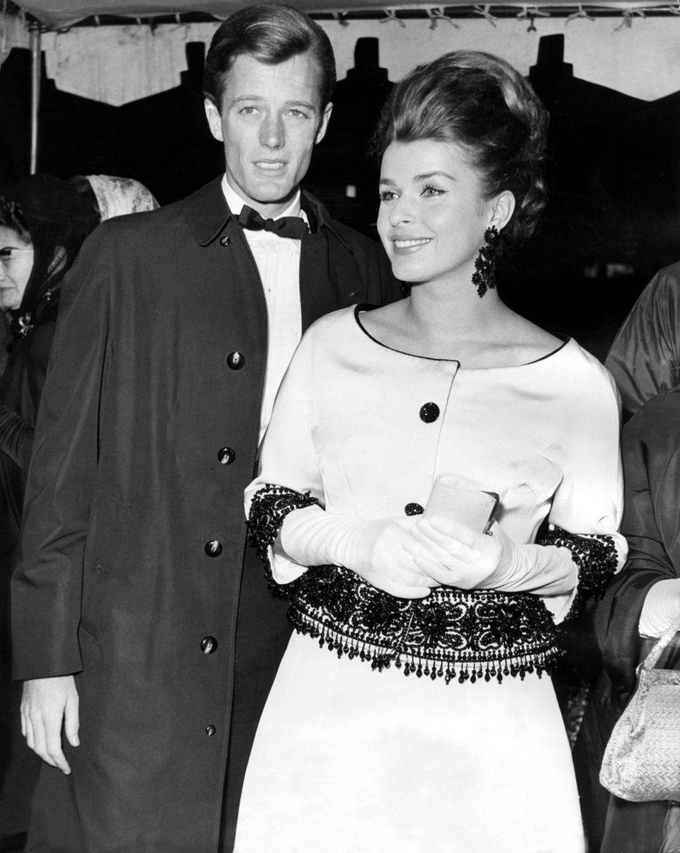 """Hollywood-Diva: In den Sechzigerjahren spielte Senta Berger in vielen US-Produktionen mit, unter anderem neben Stars wie Kirk Douglas und Charlton Heston. Hier besucht sie 1963 mit Peter Fonda die Premiere des Kriegsdramas """"Die Sieger""""."""
