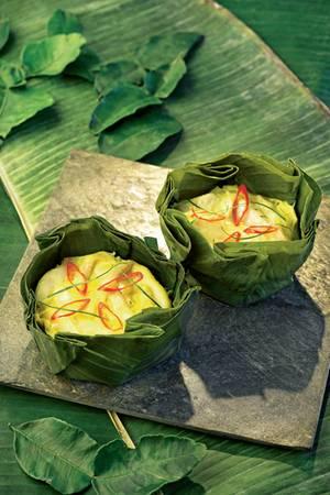 Kambodschanisches Fischcurry im Bananenblatt