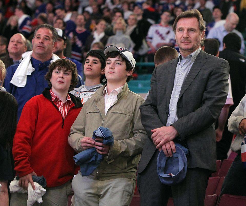Liam Neeson lässt sich nur selten in Begleitung seiner Söhne in der Öffentlichkeit sehen. Dieses Foto stammt aus dem Dezember 2010 und zeigt ihn mit dem 1996 geborenen Daniel (l.) und dem ein Jahr älteren Micheal (M.).