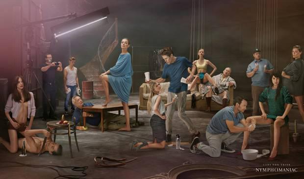 """Promoplakat zu """"Nymphomaniac"""": Die Stars des Films und links im Hintergrund ein sich selbst zum Schweigen verurteilter Lars von Trier."""
