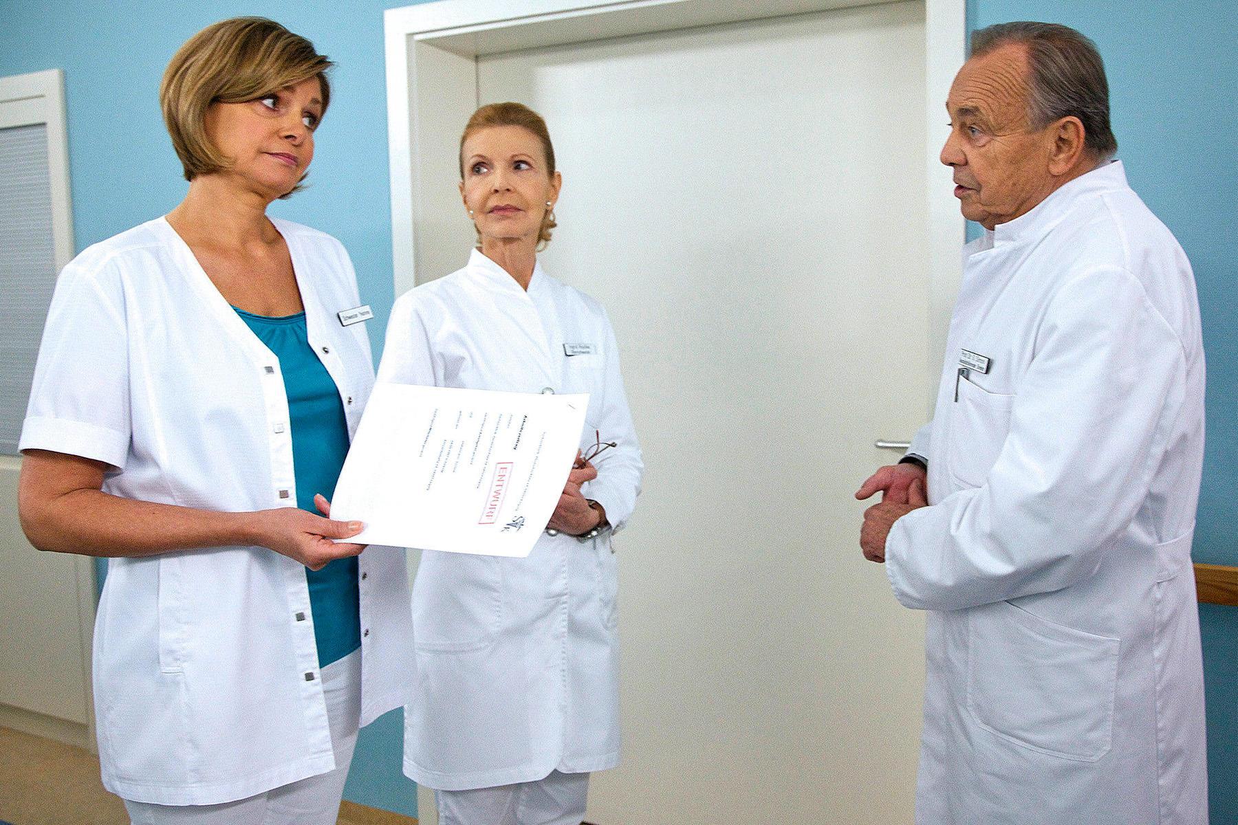 """Maren Gilzer als """"Schwester Yvonne"""" mit Jutta Kammann (""""Oberschwester Ingrid"""") und Dieter Bellmann (""""Professor Simoni"""")."""