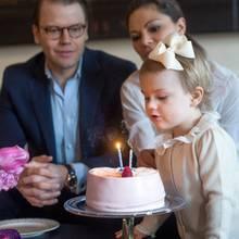 Prinzessin Estelle mit ihren Eltern, dem Kronprinzenpaar