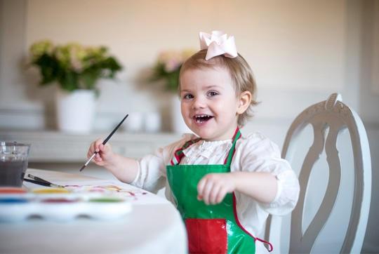 Prinzessin Estelle tuscht ein farbenfrohes Bild.