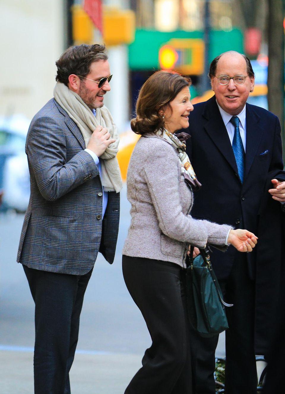 Chris O'Neill und Königin Silvia wirken bei ihrem Treffen sehr gelöst und scherzen miteinander.