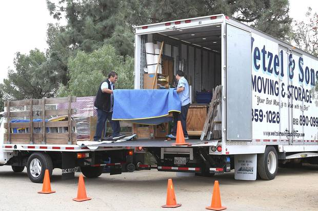 Vor Katy Perrys Haus werden Möbel aus einem Umzugstransporter ausgeladen.