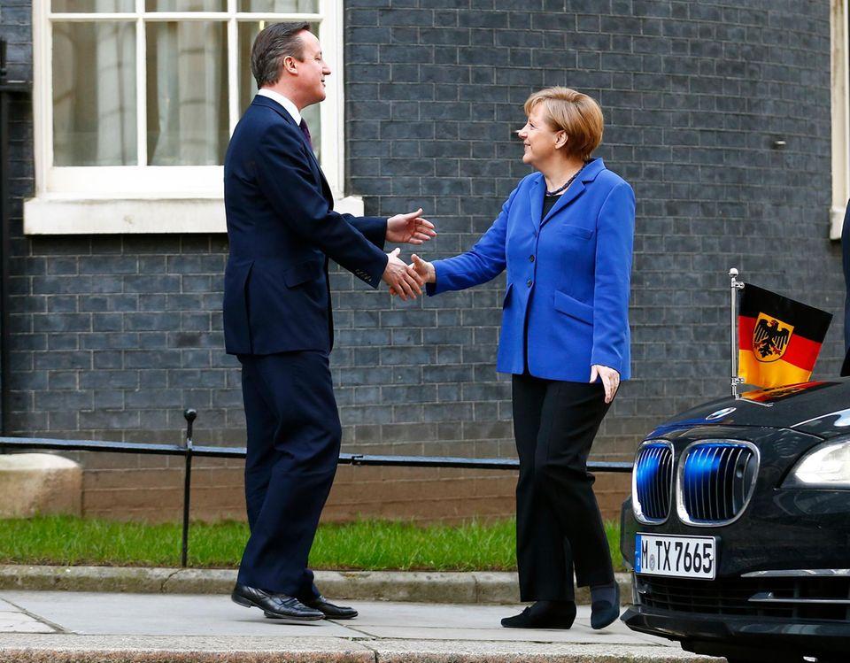 Großbritanniens Premierminister David Cameron begrüßt Angela Merkel am Donnerstag (27. Februar) in London.