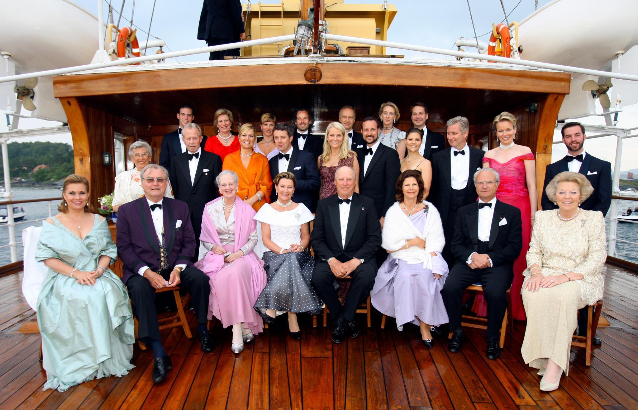 """Zum 70. Geburtstag von König Harald von Norwegen (Mitte) trifft sich 2007 die royale Verwandtschaft auf der königlichen Jacht """"Norge"""". Mit dabei ist unter anderem auch Belgiens damaliger Kronprinz Philippe (2. Reihe rechts). Unter seinen Ahnen findet sich - wie bei den meisten Gästen - ebenfalls der dänische König Christian IX., der """"Schwiegervater Europas""""."""