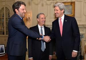 Ben Affleck mit US-Außenminister John Kerry in Washington.