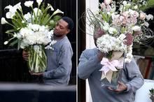 Paula Patton bekommt große Blumensträuße geliefert.