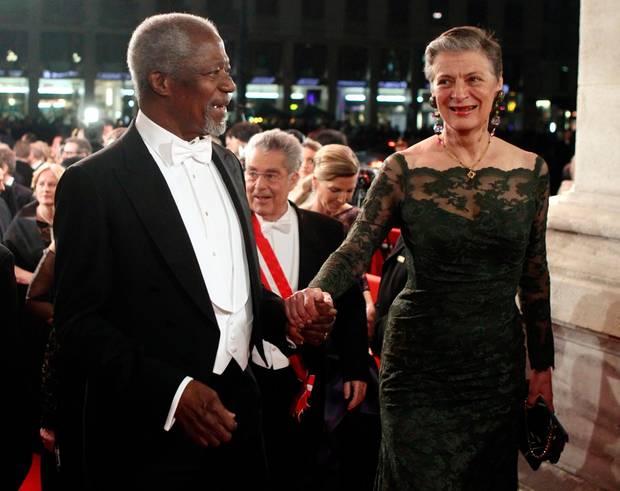Der frühere Generalsekretär der Vereinten Nationen Kofi Annan durfte mit seiner Frau Nane natürlich durch den Haupteingang eintreten.