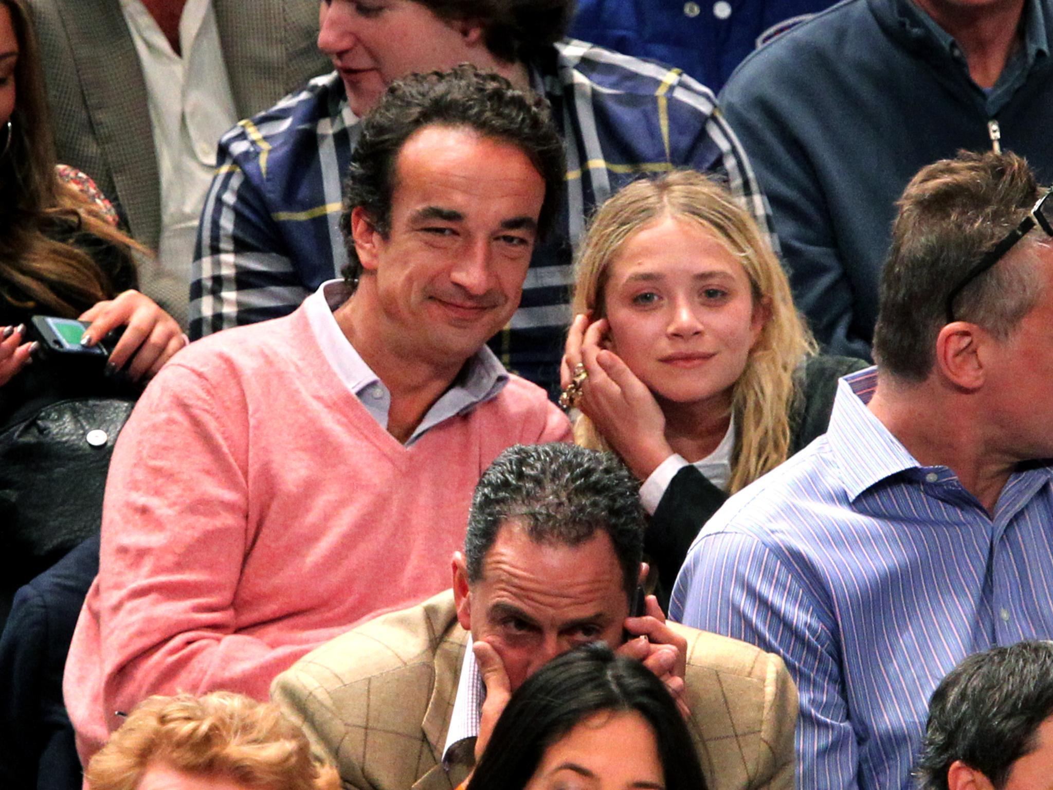 Olivier Sarkozy und Mary-Kate Olsen schauen sich gemeinsam ein Basketballspiel in New York City an.