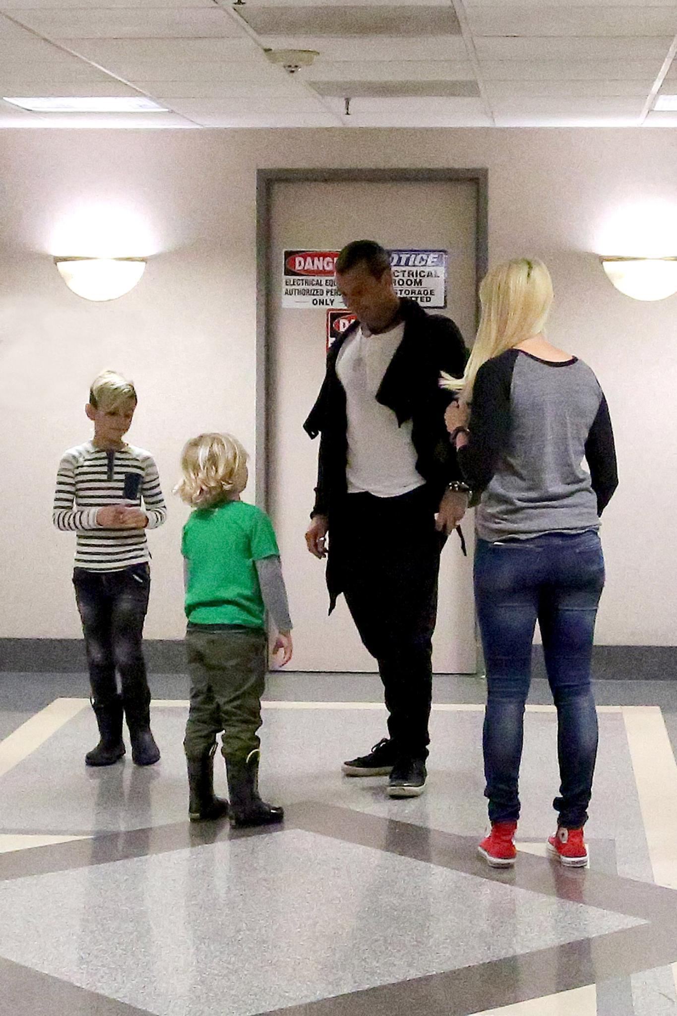 Gavin Rossdale besucht mit Kingston und Zuma sowie seiner Schwester Soraya die frisch gebackene Mutter.
