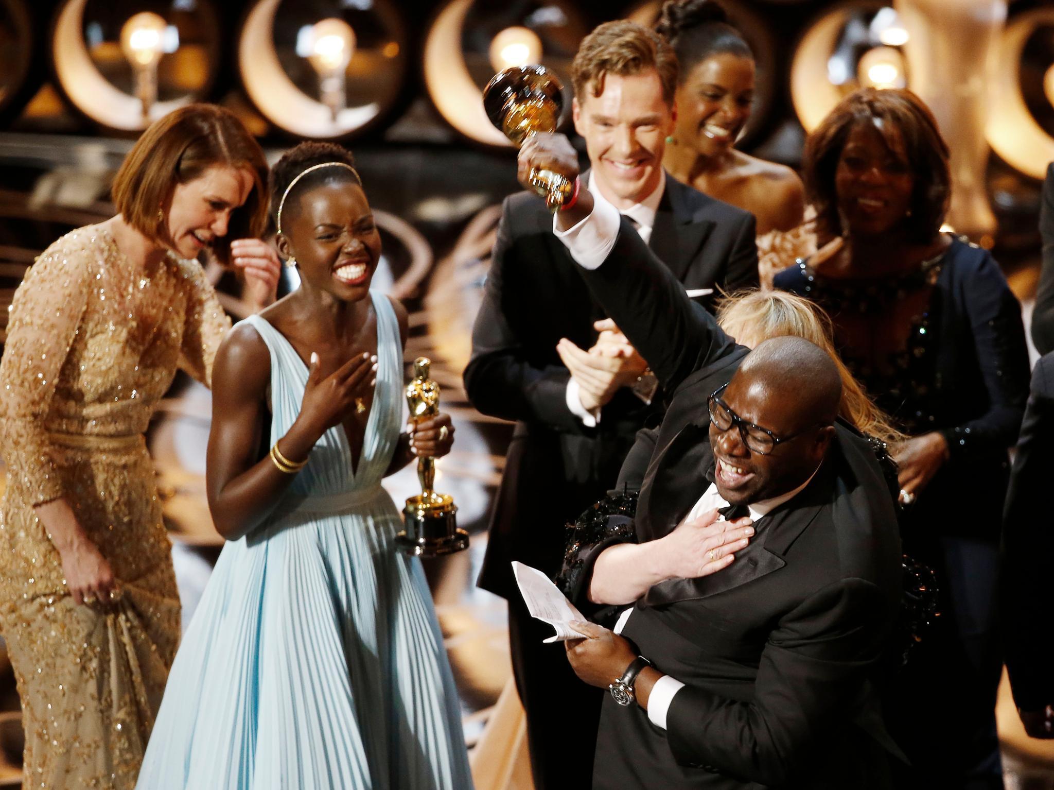 """Regisseur Steve McQueen freut sich mit seinem Team über den Oscar. Sein Film """"12 Years A Slave"""" ist zum besten gewählt worden."""