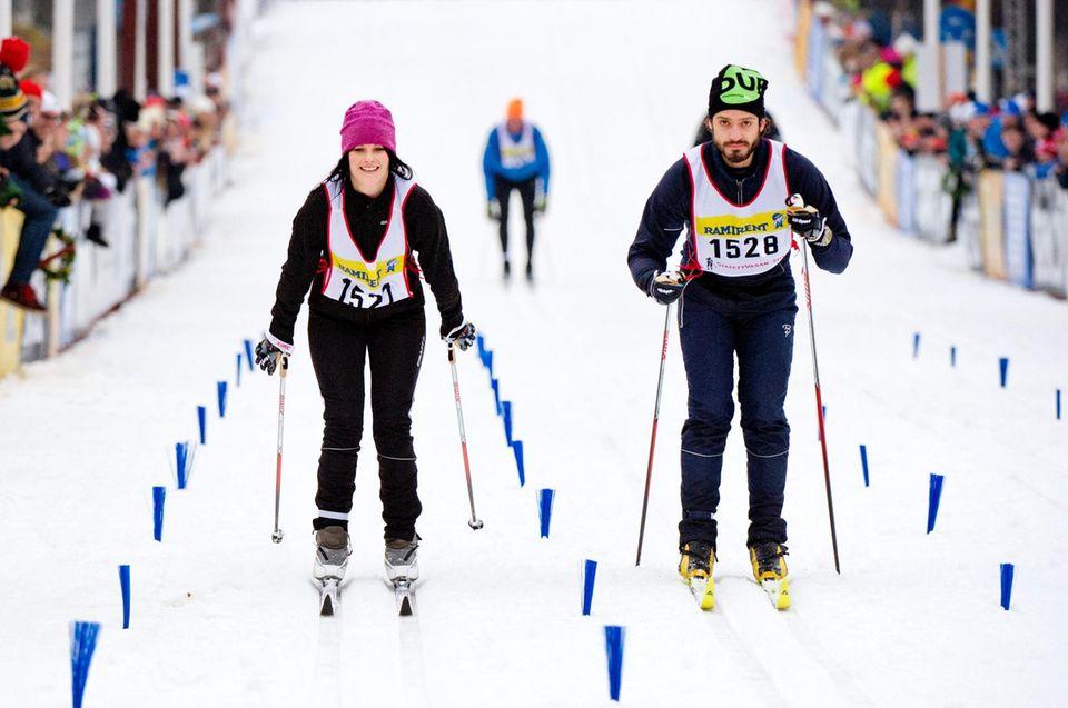 """Die letzten Kilometer des """"Wasalaufs"""" meistern Prinz Carl Philip und seine Freundin Sofia Hellqvist gemeinsam."""