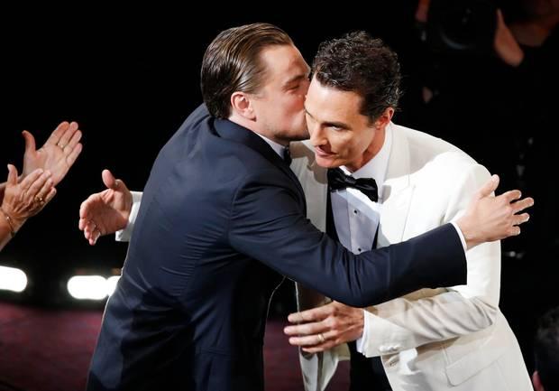 """Fairer Verlierer: Leonardo DiCaprio gratuliert seinem Kollegen Matthew McConaughey zu dessen Oscar-Triumph in der Kategorie """"bester Hauptdarsteller""""."""