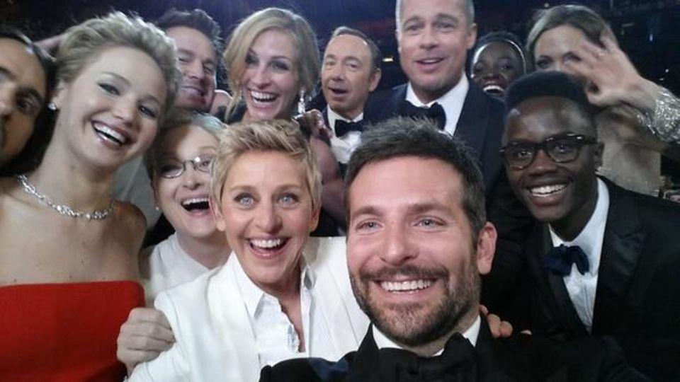 Ellen DeGeneres macht ein Bild bei der Preisverleihung, versucht soviele Stars wie möglich darauf zu bekommen und teilt es bei Twitter.
