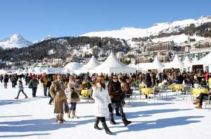 """Schnee-Society: Und ewig lockt St. Moritz: In der Schweiz trifft man sich auf dem zugefrorenen St. Moritzersee beim """"Polo World Cup on Snow"""", der seit 1985 ausgetragen wird."""