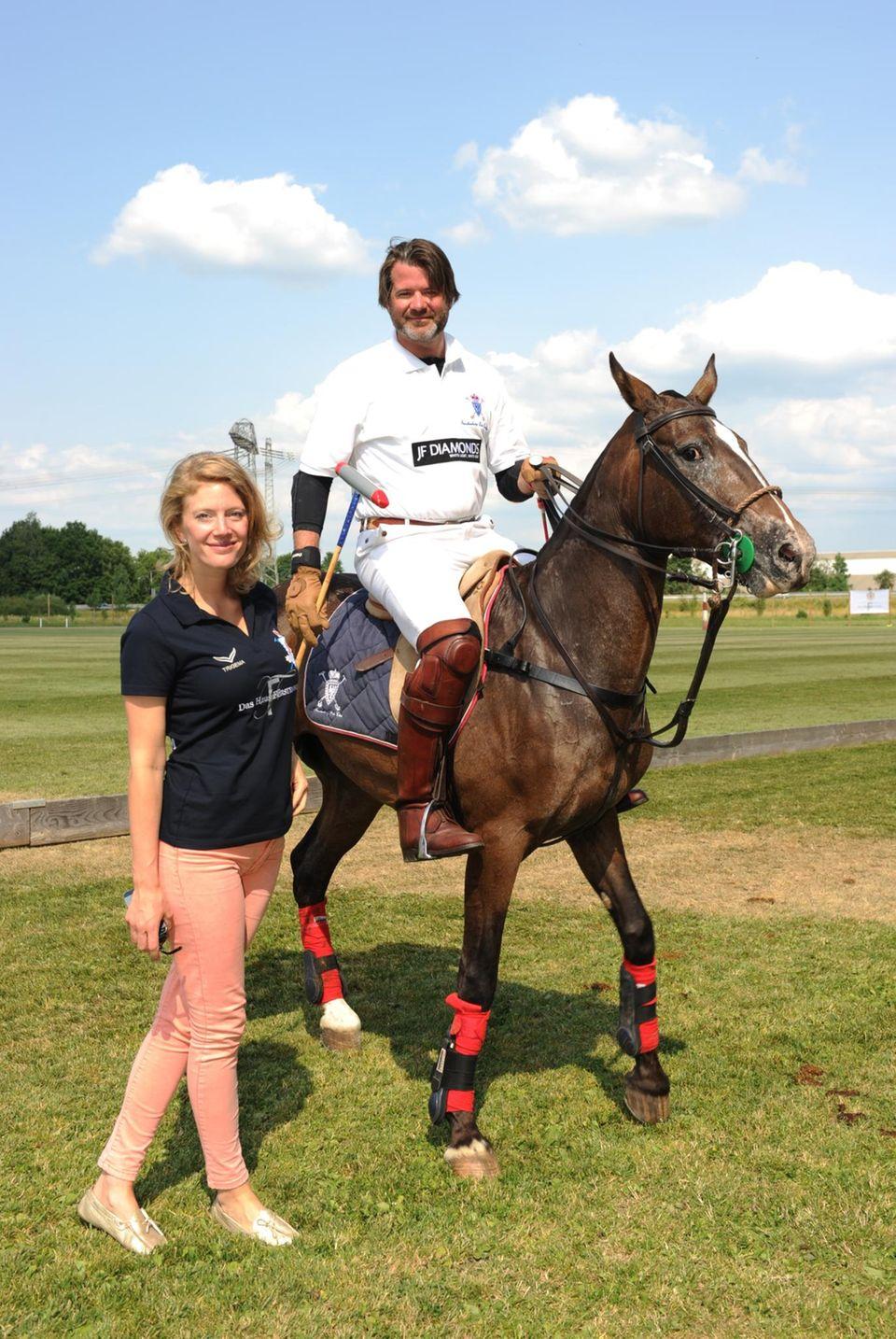 """Die begeisterten Polo-Spieler Jeannette Prinzessin und Christian Prinz zu Fürstenberg - Polo wird auch """"der Sport der Könige"""" genannt. Zu den bekanntesten Spielern gehören Prinz Charles und seine Söhne."""