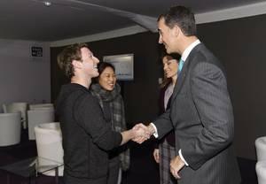 Bei Terminen gibt sich das Kronprinzenpaar professionell, hier mit Facebook-Chef Mark Zuckerberg und dessen Ehefrau Priscilla bei einer Mobilfunk-Messe in Barcelona.