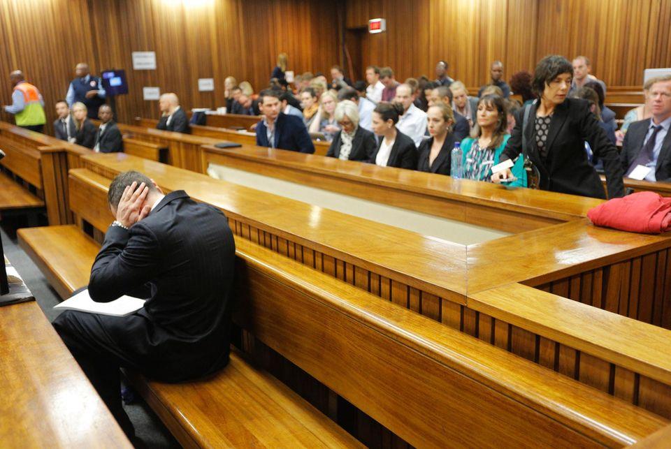 Für Oscar Pistorius sind die Ausführungen seines Verteidigers Barry Roux zuviel. Er bricht im Gerichtssaal zusammen, als Roux die tödlichen Verletzungen, die er Reeva Steenkamp zugefügt hat, schildert.