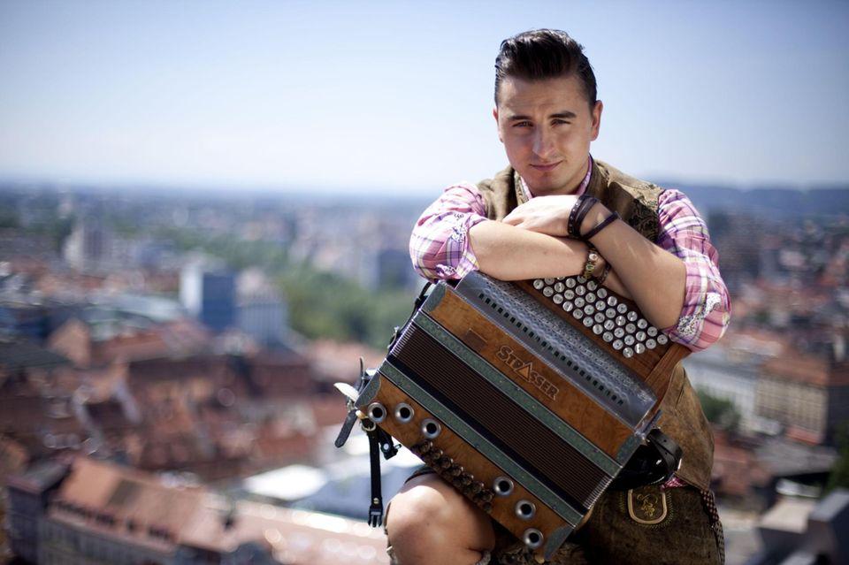 """Andreas Gabalier bezeichnet sich selbst als """"Volks-Rock'n'Roller"""", zu einem Musikmix aus Volksmusik und Rock singt er auf Deutsch beziehungsweise Österreichisch. 2010 konnte er damit sogar einen Echo gewinnen."""