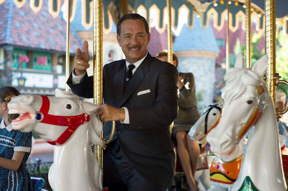 """Walt Disney"" (Tom Hanks) will ""P.L. Travers"" (Emma Thompson) auf dem Kinderkarussell in ""Disneyland"" aufmuntern."
