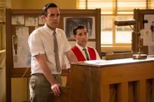 """Das Komponisten-Duo """"Robert"""" (B.J. Novak) und """"Richard"""" (Jason Schwartzman) lassen sich lustige Reime am Klavier einfallen."""