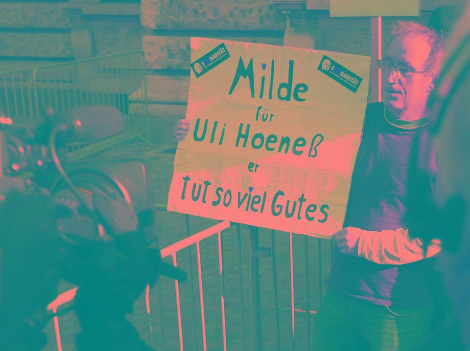 Ein Unterstützer Uli Hoeneß' fordert am tag des Prozessauftaktes Milde für Uli Hoeneß.