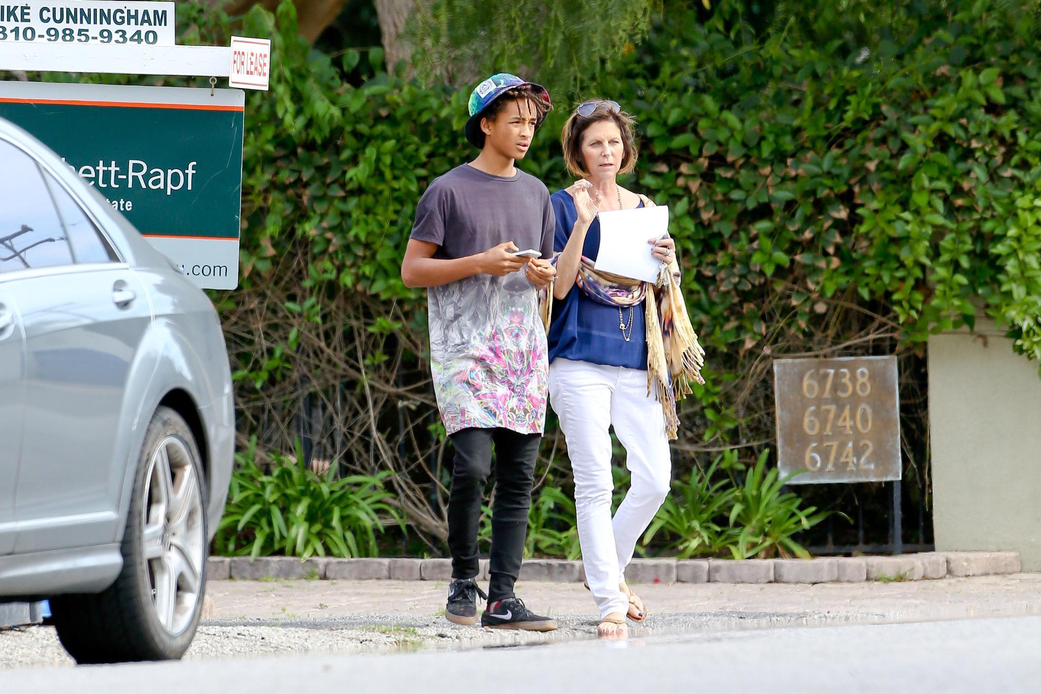 Jaden Smith mit einer Immobilienmaklerin