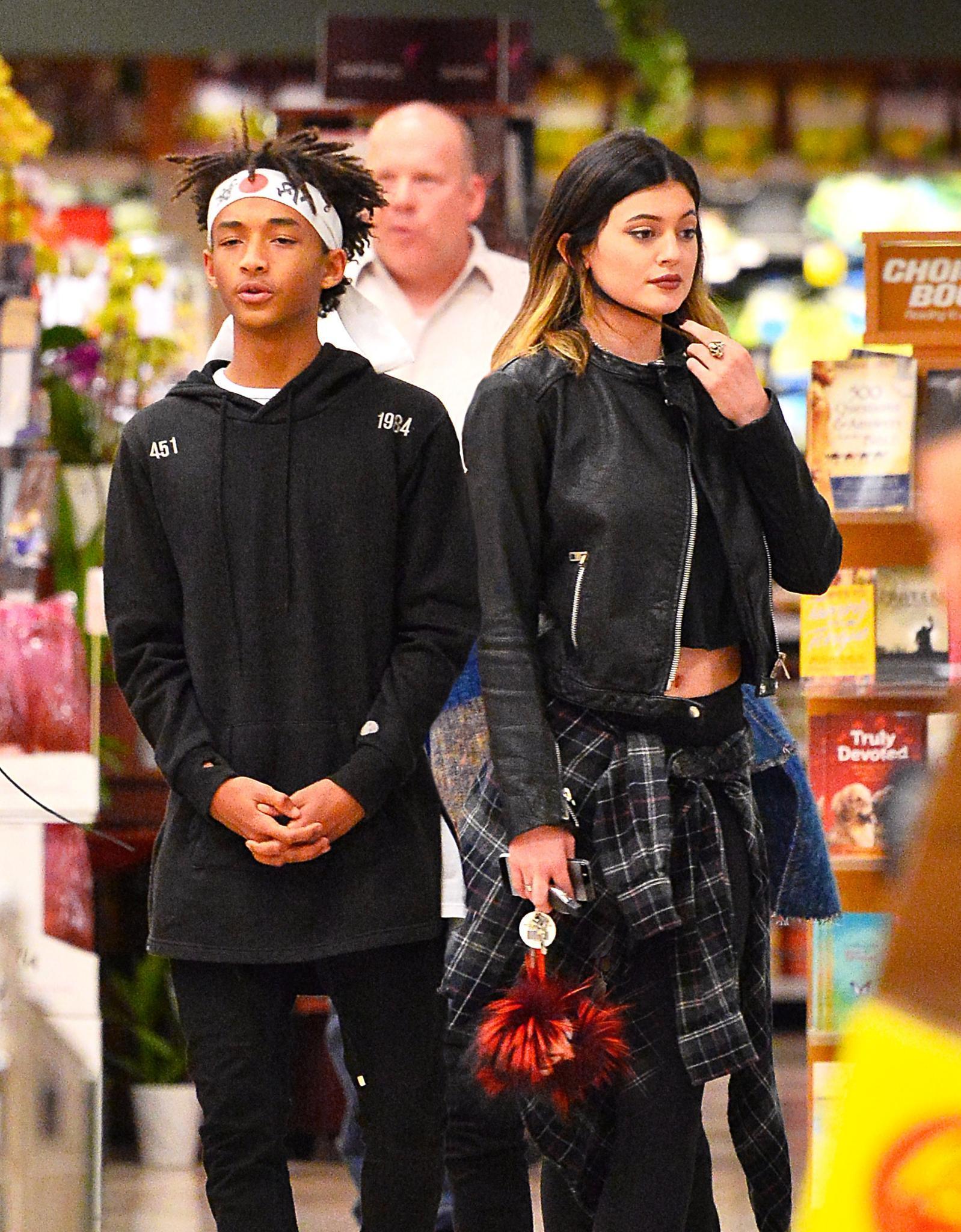 Jaden Smith und Kylie Jenner verbringen viel Zeit miteinander, zuletzt sah man sie gemeinsam in einem Supermarkt in Calabasas.