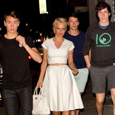 Pamela Anderson ist mit ihren Söhnen Brandon und Dylan auf dem Weg zum Abendessen.