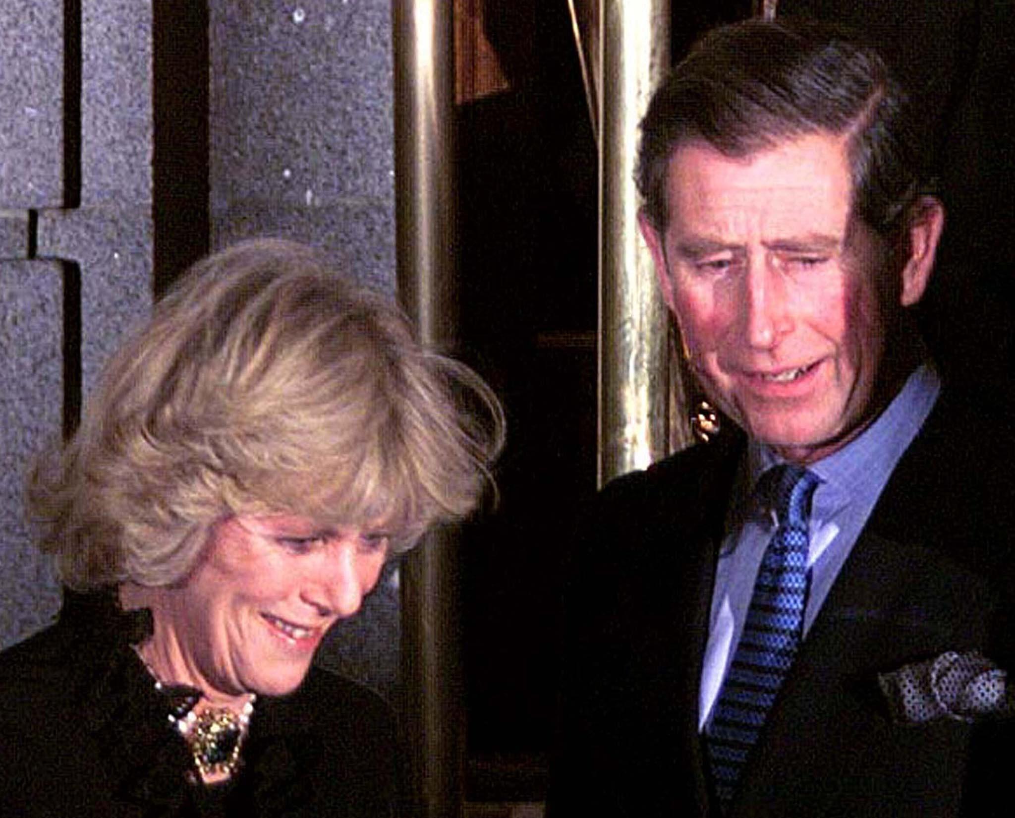 Erster Auftritt als Paar: Prinz Charles und Camilla Parker-Bowles machen ihre Beziehung 1999 bei einem sorgsam geplanten Termin öffentlich.