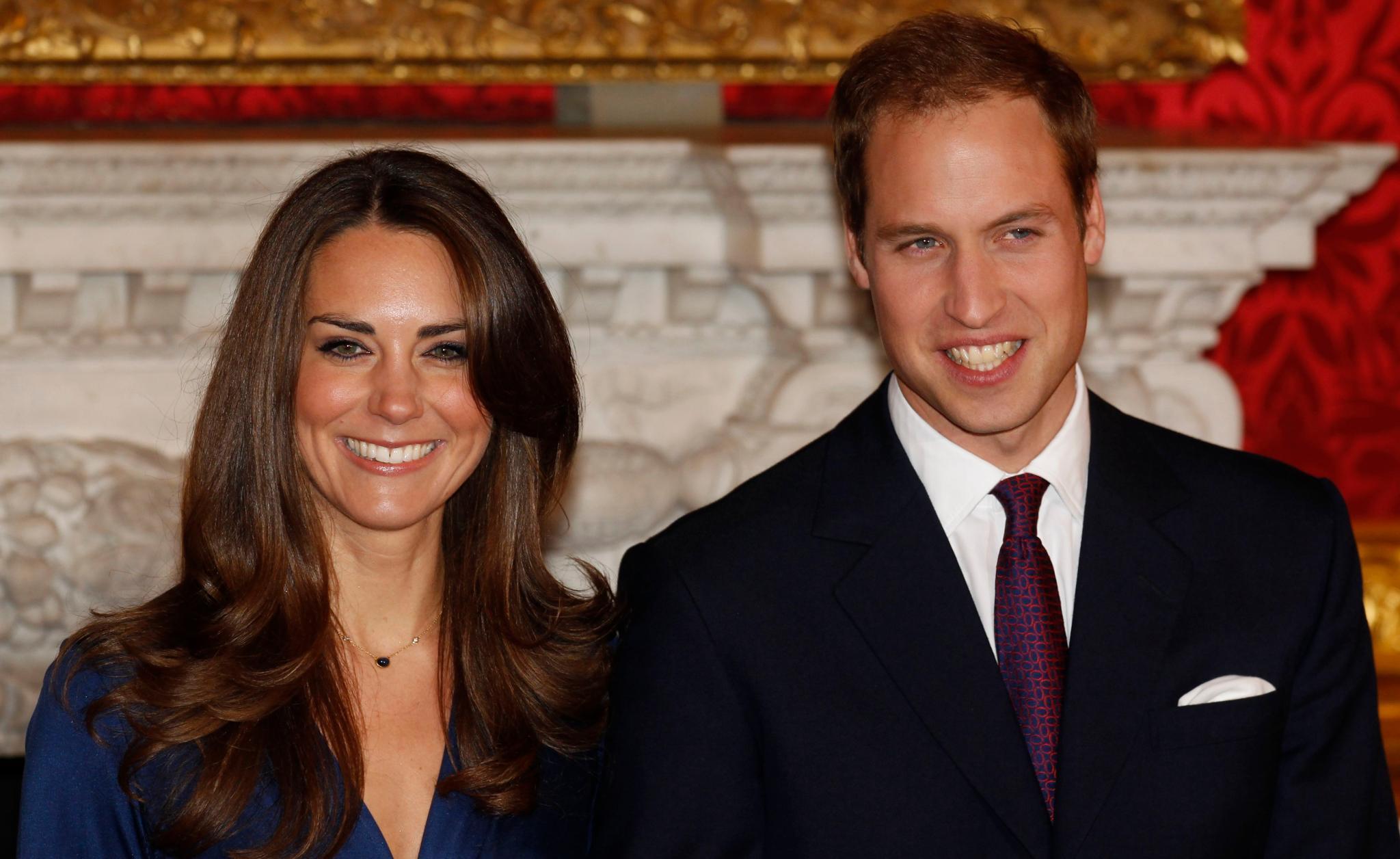 """Solche Fotos wünschen sich viele royale Fans bald auch von Prinz Harry: Sein Bruder William zeigt sich am 16. November 2010 mit seiner Verlobten Kate Middleton im """"St. James Palace""""."""