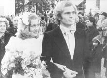 1973 heiratete Uli Hoeneß seine Jugendfreundin Susanne. Die Hochzeit wollte er für 25 000 Mark an die Presse verkaufen. In den 40 Jahren ihrer Ehe gab es nur einmal Schlagzeilen, nämlich 1996, als Hoeneß eine Affäre mit einer Ex-Stewardess hatte. Gattin Susanne verzieh ihm jedoch.