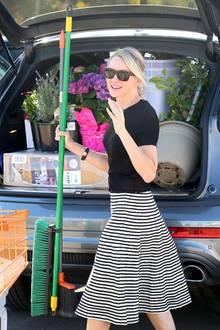 """Alles drin! Schauspielerin Naomi Watts hat die Gartenabteilung des """"Home Depot"""" in Los Angeles gestürmt. Die Objekte der Begierde: violette Hortensien, Lavendel und jede Menge Blumenerde. Gut, dass ihr SUV so einen großen Laderaum hat."""