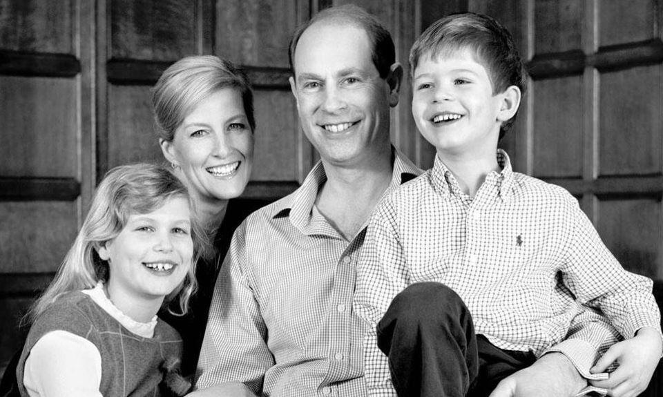 10. März 2014  Zu seinem 50. Geburtstag posiert Prinz Edward, der jüngste Sohn der Queen, mit seiner Frau Gräfin Sophie von Wessex, Tochter Louise und Sohn James für ein offizielles Familienfoto.