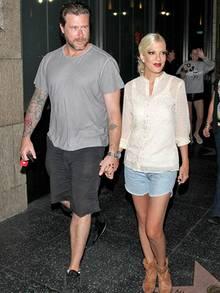 Im Juli 2013 zeigen sich Dean McDermott und Tori Spelling noch glücklich und verliebt. Von Toris schlanker, aber gesunder Figur ist heute nichts mehr übrig,