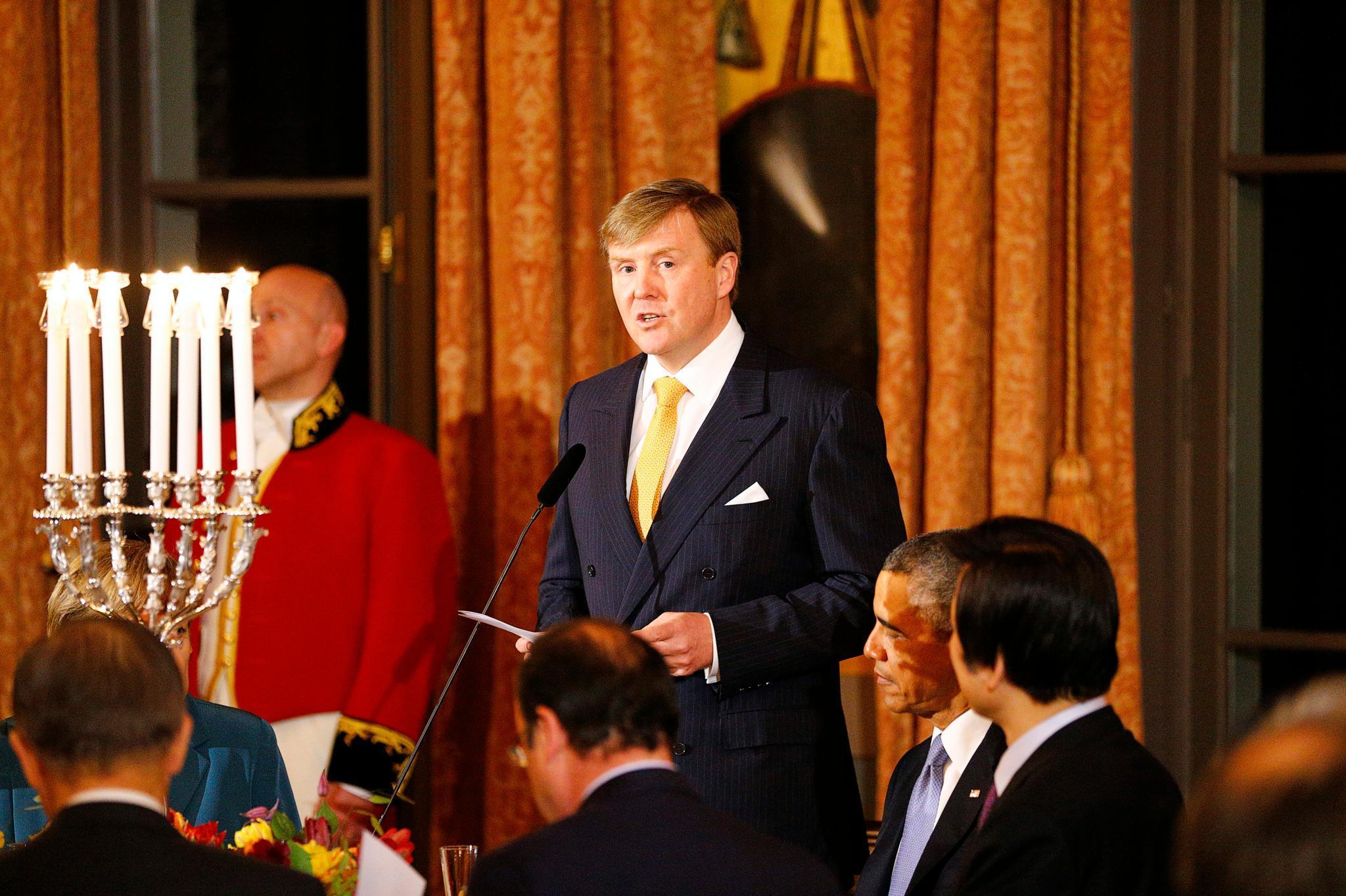 König Willem-Alexander der Niederlande eröffnet das Dinner mit einer Rede. Präsident Obama (rechts) hört andächtig zu.