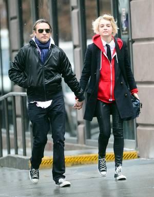 Gehen gemeinsame Wege: Joaquin Phoenix, 39, und Partnerin Allie Teilz, 20.