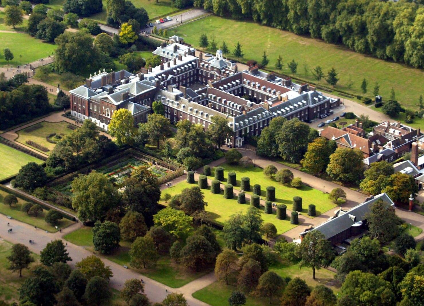 Ihr Apartment im Kensington-Palast gleicht einer Festung. Für mehr als eine halbe Million Euro ließ William modernste Sicherheitstechnik installieren. Außerdem wird das Gelände rund ums Schloss ständig von bewaffneten Polizisten kontrolliert.