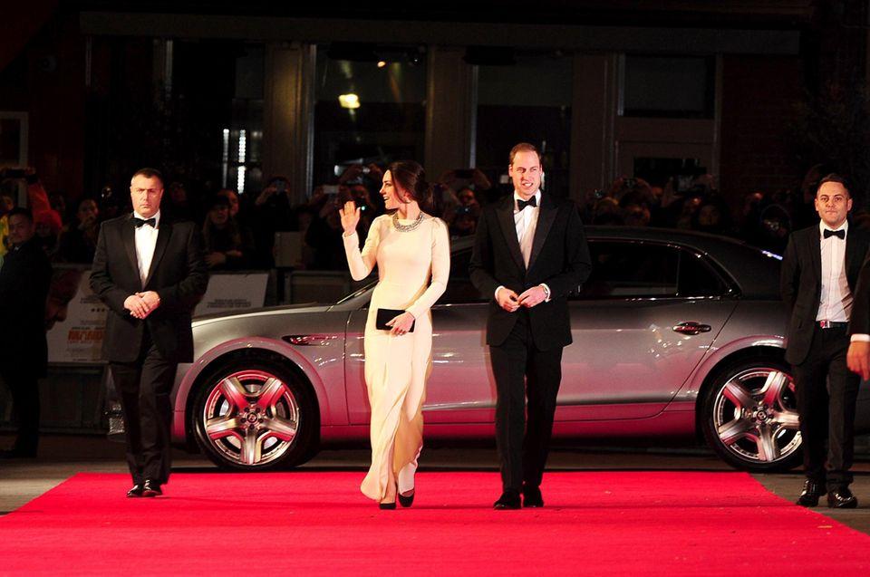 Auf Schritt und Tritt bewacht: Das Herzogpaar wird stets von Bodyguards begleitet.