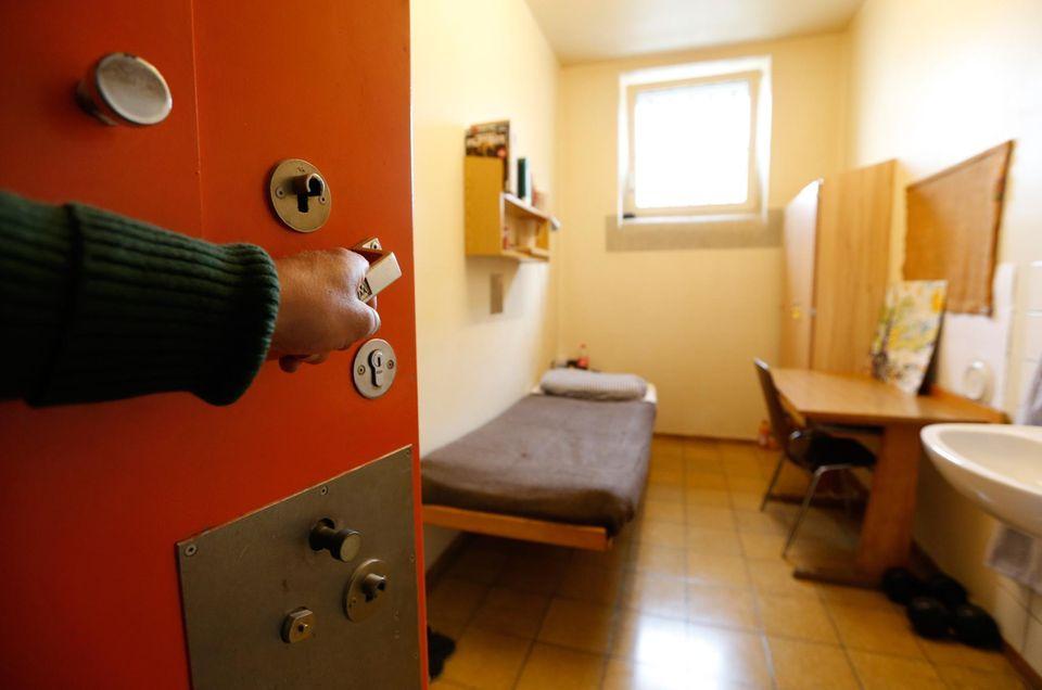 Landsberg statt Tegernsee: Acht Quadratmeter misst eine Zelle. Von 19.30 Uhr bis 6.10 Uhr bleiben die Häftlinge hinter verschlossenen Türen. Außer dem Ehering, seiner Uhr und einem weiteren Schmuckstück darf Uli Hoeneß nichts Persönliches mitbringen.
