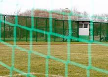 462 Insassen sitzen derzeit in Landsberg ein. Beliebte Abwechslung: Fußball spielen auf dem anstaltseigenen Platz.
