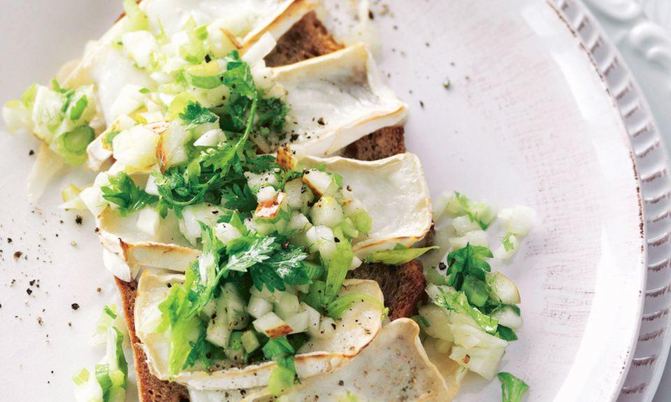 Gratiniertes Ziegenkäsebrot mit Birnen-Staudensellerie-Salat