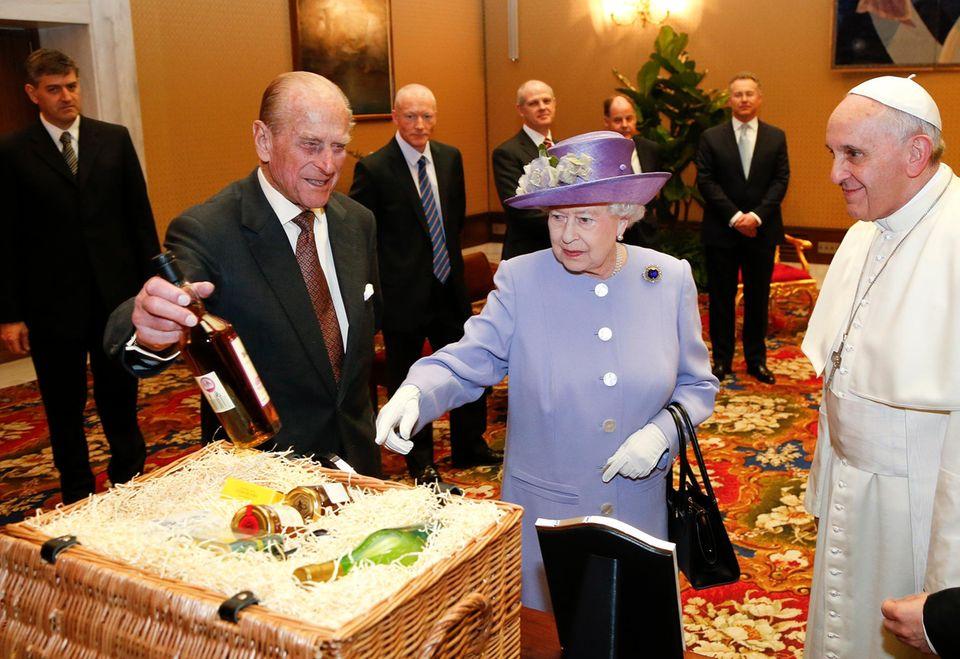 """Als Geschenk bringen Prinz Philip und Queen Elizabeth unter anderem einen Korb mit, in dem - so """"ABC.com"""" - Marmeladen und Getränke sind, die auf den Ländereien der königlichen Familie produziert wurden."""