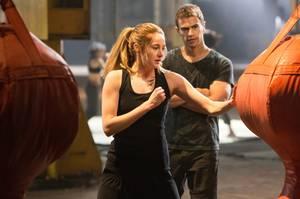 """Theo James spielt den Ausbilder - und den Schwarm - von Shailene Woodley alias """"Beatrice"""", genannt """"Tris"""". Beim actionreichen Dreh hat die 22-Jährige einige Blessuren davon getragen."""